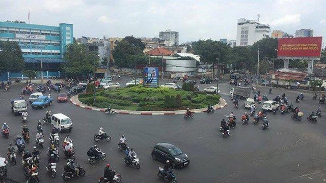 Khi đi sát vào vòng xuyến rất dễ gây xung đột giao thông với các phương tiện đến từ các hướng khác