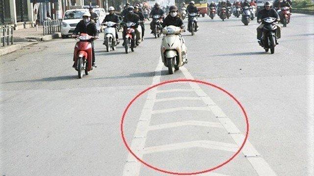 Quy chuẩn mới, tài xế cần nhận biết vạch kênh hóa dòng xe để tránh bị phạt