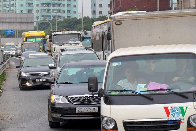 Vận tải hàng hóa phải có phụ xe: Quy định sao cho phù hợp?