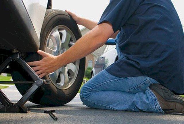 tự mình thay lốp xe